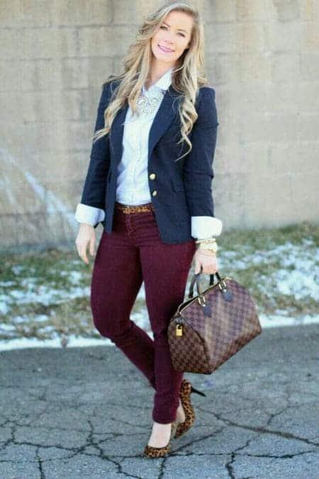 combinar color vinotinto outfit